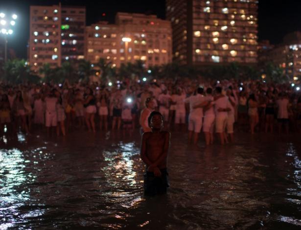 Foto de menino dentro do mar durante as celebrações de Ano-Novo viralizou