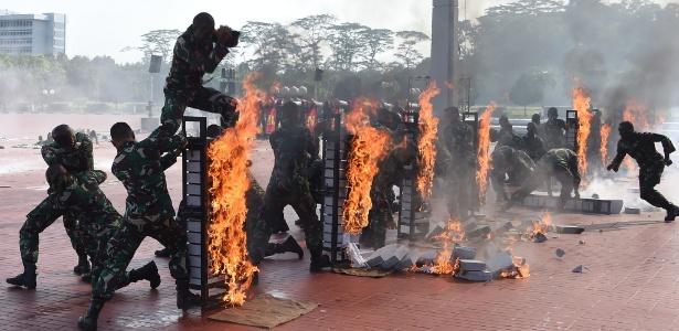 24.jan.2018 - Soldados da Indonésia fazem apresentação para o Secretário de Defesa dos Estados Unidos Jim Mattis, em Jacarta