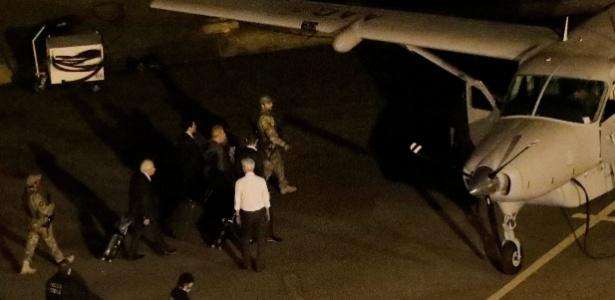 Ex-presidente Luiz Inácio Lula da Silva embarca em avião no rumo a Curitiba