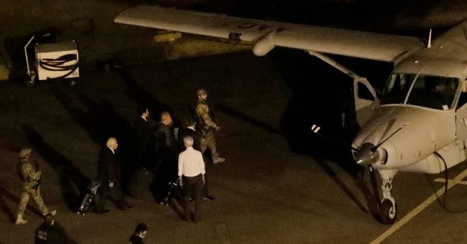 Ex-presidente Luiz Inácio Lula da Silva (PT) embarca em avião no aeroporto de Congonhas, em São Paulo, rumo a Curitiba; na capital paranaense, Lula se apresentaria à Polícia Federal