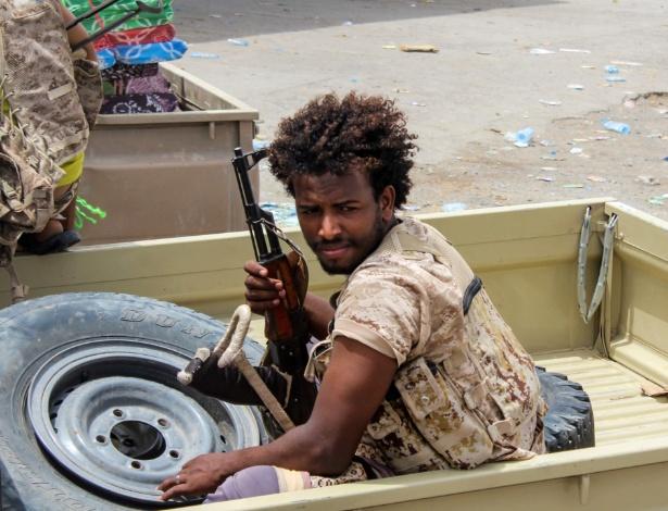 21.jun.2018 - Integrante de força de segurança leal ao governo dos Emirados Árabes Unidos atua na luta contra os rebeldes huthis, que ocupam a cidade de Hodeida, no oeste do Iêmen