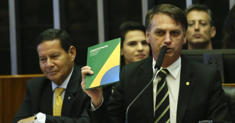 """6.nov.2018 - Num rápido discurso, que não estava previsto no planejamento original da cerimônia, Bolsonaro afirmou no Congresso que o único norte em uma democracia é a Constituição. """"Na democracia só há um norte, é o da nossa Constituição"""", disse."""