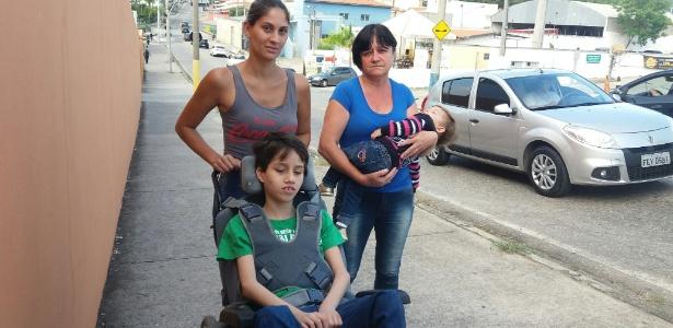 Beatriz (esq.) com sua mãe, Cleusa, e seus dois filhos pequenos, um deles portador de necessidades especiais - José Maria Tomazela/Estadão Conteúdo