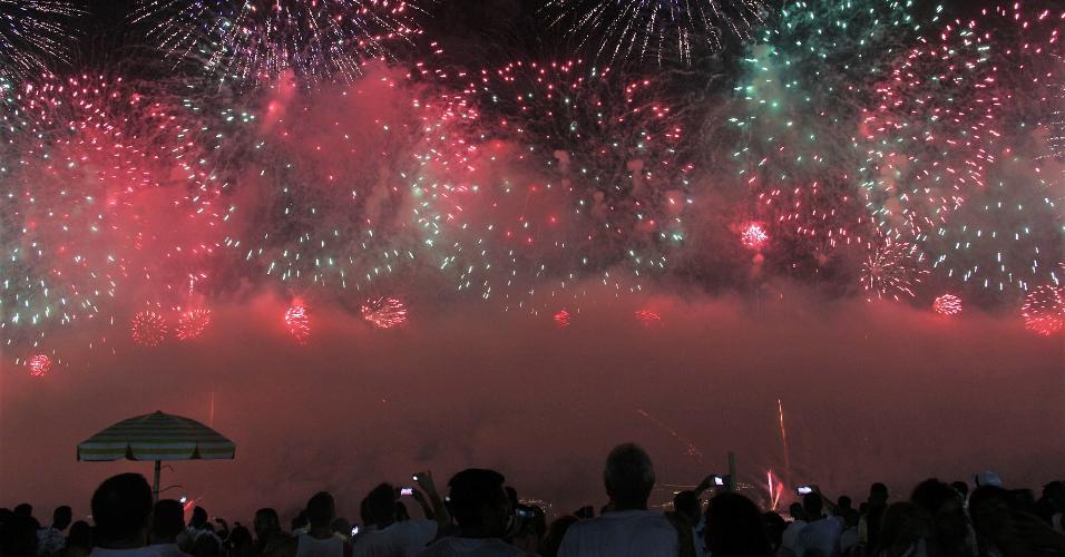 01.jan.2019 - Queima de fogos leva milhares de pessoas a Praia de Copacabana para a grande festa de Revellon,em Copacabana Zona Sul do Rio de Janeiro na noite desta segunda-feira (31)