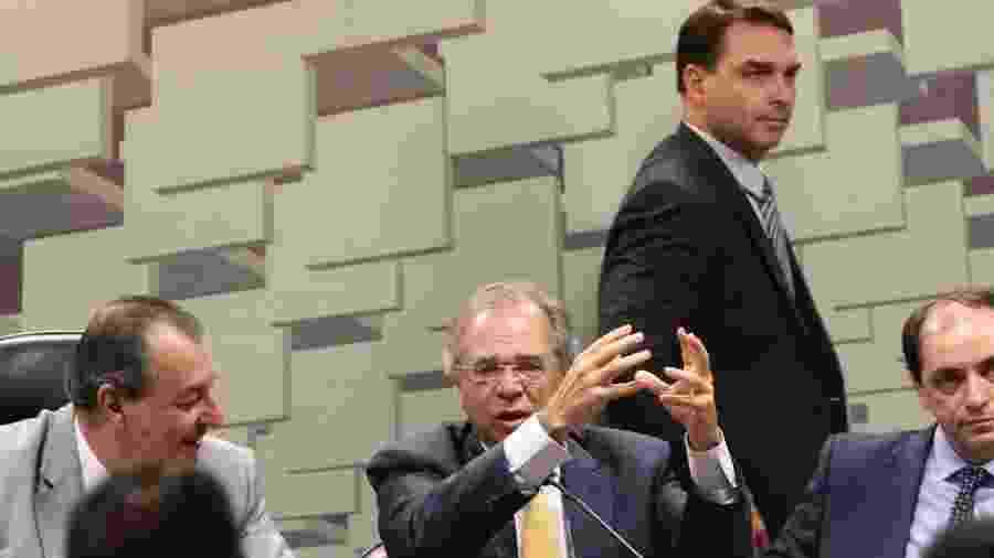 O ministro Paulo Guedes e o senador Flavio Bolsonaro durante audiência da CAE no Senado - Fabio Rodrigues Pozzebom/Agência Brasil