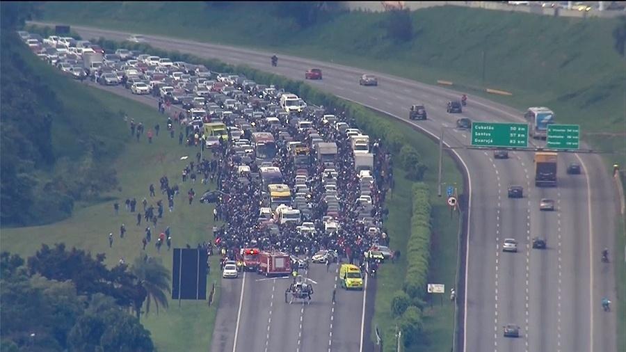A rodovia dos Imigrantes, no sentido São Paulo, ficou fechada para a realização do resgate de vítima de um acidente - Reprodução/TV Globo