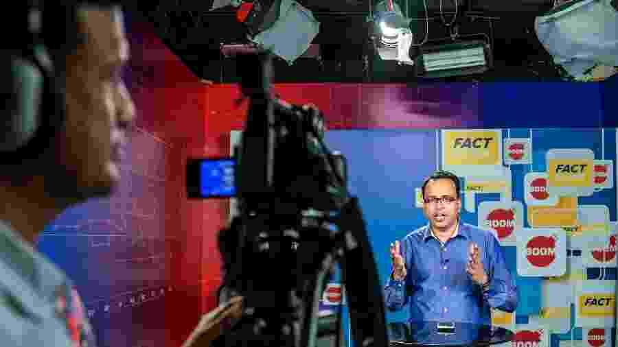Jency Jacob, editor do Boom, um site de checagem de fatos, grava vídeo no escritório da empresa em Mumbai - Atul Loke/The New York Times