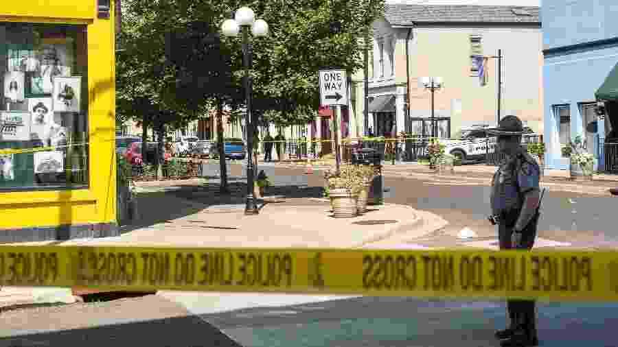 4.ago.2019 - Policiais investigam área onde homem atacou a tiros e matou nove pessoas em Dayton, Ohio -  Matthew Hatcher/Getty Images/AFP
