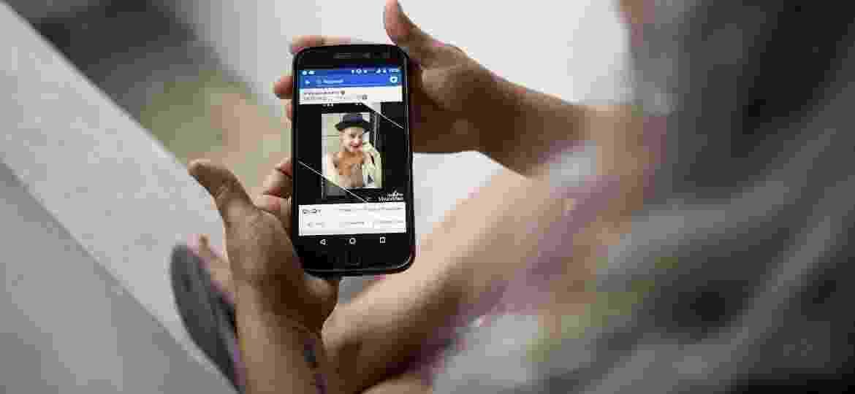 Tatiana Lima e Silva segura celular com foto de seu filho Peterson Silva de Oliveira, morto por policiais militares em SP - 08.mai.2019 - Simon Plestenjak/UOL