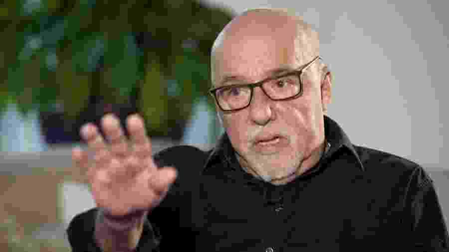O escritor Paulo Coelho em entrevista à BBC - BBC