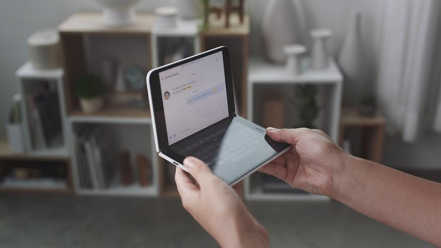 "Novo ""celular"" da Microsoft: o Surface Duo - Microsoft / AFP"