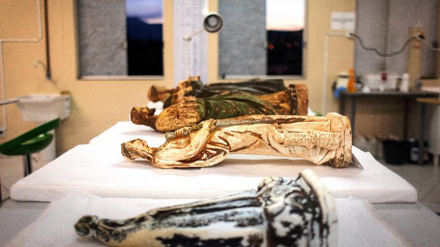 Imagens de peças sacras históricas do século 18, resgatadas pela Fundação Renova na lama que destruiu quatro templos católicos, em Mariana (MG), há quatro anos, com o rompimento da barragem da Samarco - Divulgação/Fundação Renova