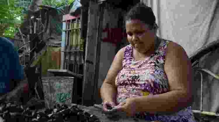 """Jaqueline diz que as """"pessoas ficam com medo de comprar"""" o pescado produzido por sua família - Beto Macário/UOL"""