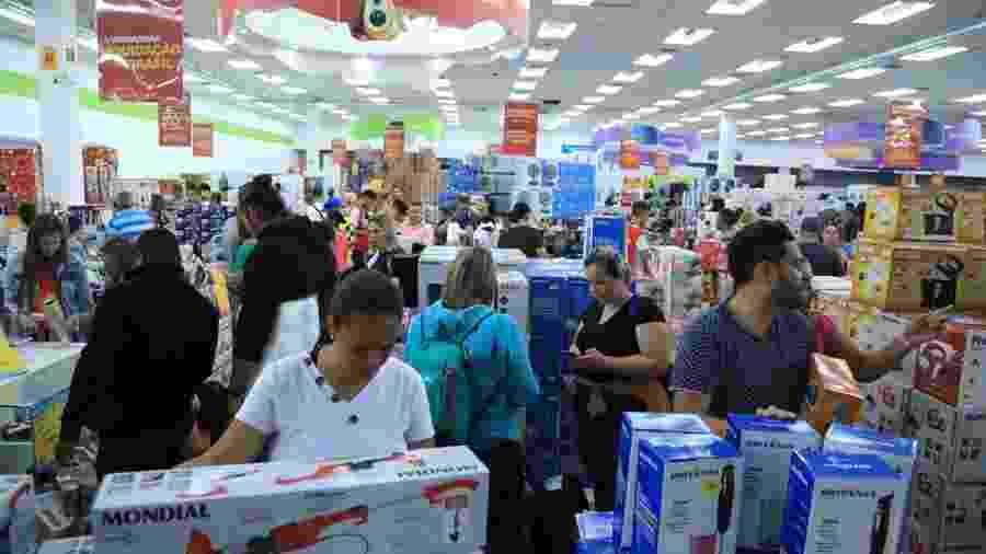 3.jan.2020 - Consumidores fazem compras durante liquidação do Magazine Luiza, na loja do Shopping Aricanduva, na zona leste de São Paulo - Divulgação