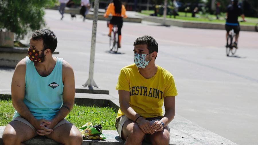 Pessoas se exercitam na Praça Roosevelt, na região central de São Paulo, na tarde desta Sexta-feira Santa durante quarentena proposta pelo governo do Estado para conter a disseminação da pandemia de coronavírus - NELSON ANTOINE/ESTADÃO CONTEÚDO