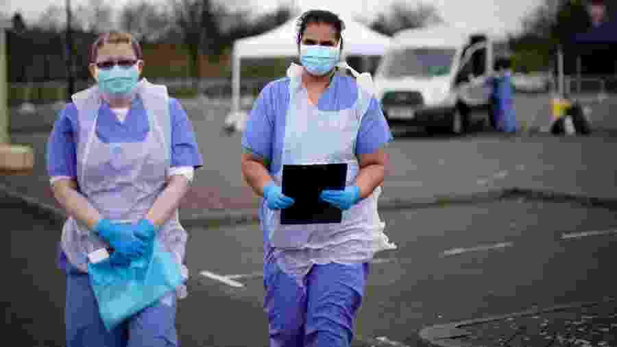 Enfermeiras do NHS em um estacionamento em Wolverhampton, Inglaterra - Christopher Furlong/Getty Images