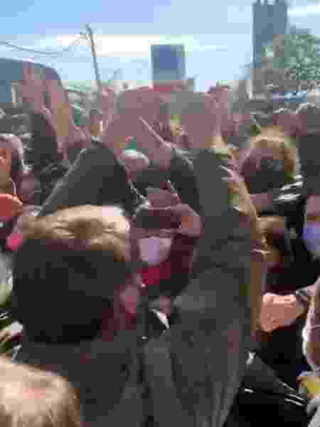 Jair Bolsonaro ergue caixa de cloroquina para apoiadores na chegada a Bagé (RS) - Reprodução/Twitter - Reprodução/Twitter