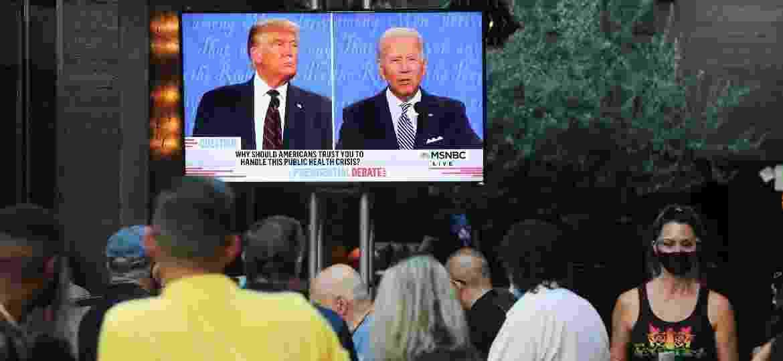 Americanos acompanham, pela televisão, ao debate tumultuado entre Donald Trump e Joe Biden - MARIO TAMA/GETTY IMAGES NORTH AMERICA/Getty Images/via AFP