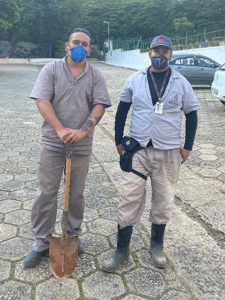 Os coveiros Gabriel Dalmaso e Bruno de Lima, no Cemitério da Saudade - Anahi Martinho/UOL