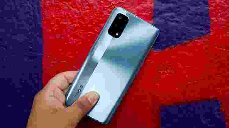 """Detalhe da traseira do celular Realme 7 Pro em que aparece o nome da marca """"Realme"""" na parte de baixo do smartphone - Guilherme Tagiaroli/Tilt - Guilherme Tagiaroli/Tilt"""