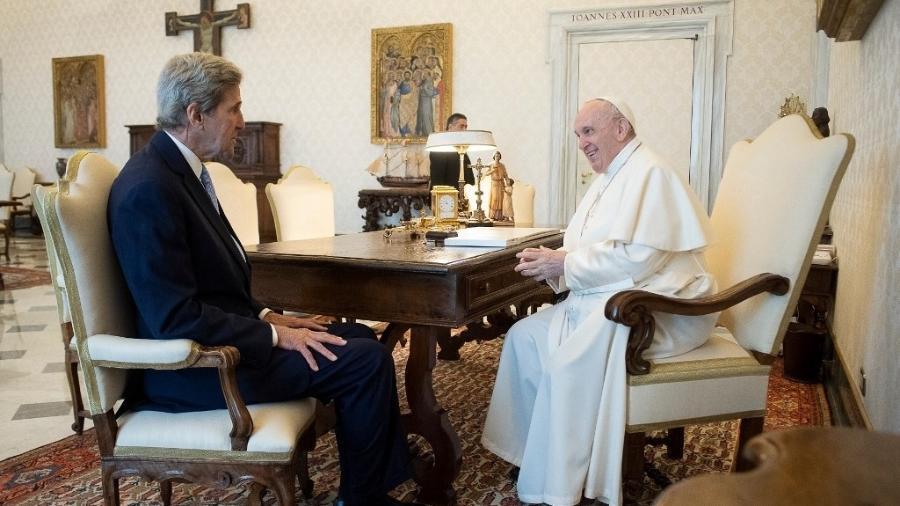 Enviado especial para o Clima dos Estados Unidos, John Kerry foi recebido pelo papa Francisco no Vaticano - AFP