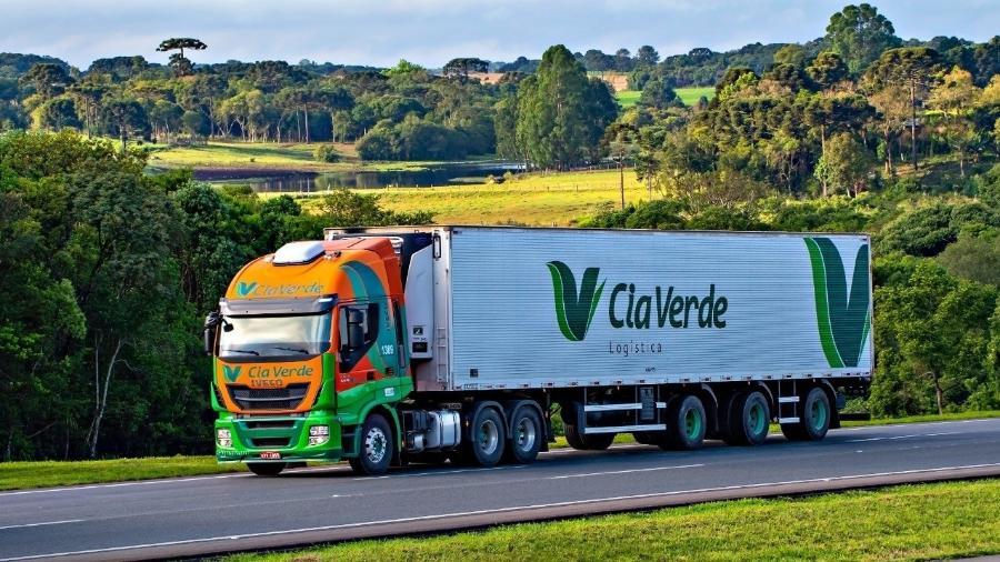 Caminhão da Cia Verde Logística, transportadora de Curitiba (PR) que recrutou venezuelanos por meio da Operação Acolhida, iniciativa do governo federal para acolher e interiorizar imigrantes e refugiados da Venezuela   - Divulgação