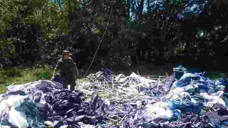 Balão caído em área de vegetação é recolhido por agentes de fiscalização - Polícia Militar Ambiental de São Paulo - Polícia Militar Ambiental de São Paulo