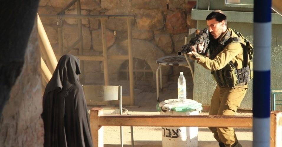 22.set.2015 - Soldado israelense mira na estudante palestina Hadeel al-Hashlamon, 18, pouco antes de ser morto pelo militar. A versão do Exército é que ela ameaçou-o com uma faca. Testemunhas dizem que ela não queria ser revistada por homens
