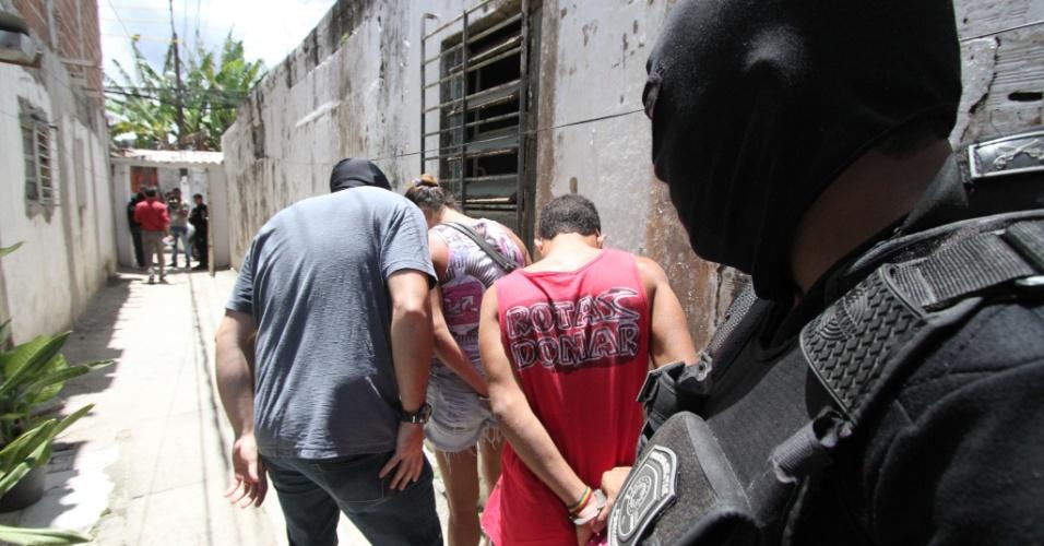 8.out.2015 - Polícia Militar de Pernambuco detém suspeitos após descobrir túnel dentro de casa a cem metros do Complexo Prisional do Curado, no Recife