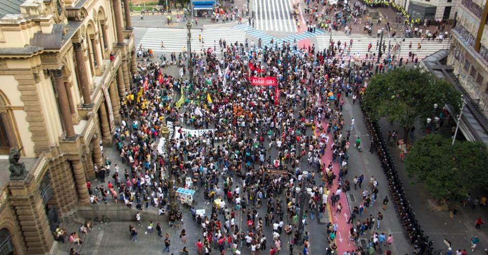 8.jan.2016 - Manifestantes se concentram em frente ao Teatro Municipal de São Paulo, no centro da capital paulista, para ato contra o aumento do valor da tarifa do transporte público na cidade. A partir de sábado (9), a passagem, que custa R$ 3,50, vai para R$ 3,80