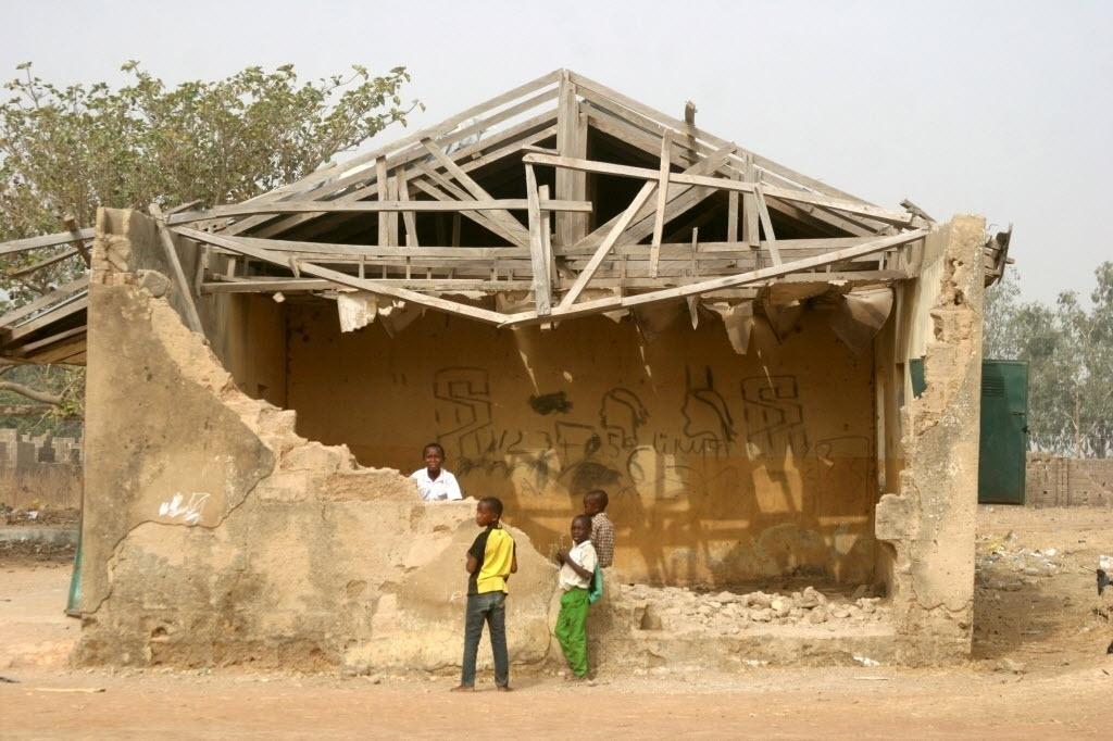 """27.fev.2016 - Crianças analisam situação de prédio em ruínas que costumava ser escola primária em Kaduna, na Nigéria. Quase um ano depois de vencer as eleições com promessas de que """"reformaria"""" o país, o governo de Muhammadu Buhari é criticado pela falta de reação às crises"""