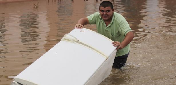 Os moradores ficaram ilhados e têm deixado suas casas em canoas e cavalos