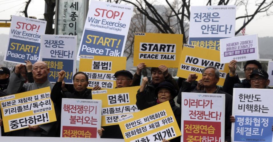 7.mar.2016 - Manifestantes sul-coreanos protestam em frente à embaixada dos EUA em Seul contra os exercícios militares conjuntos entre os dois países, e pedem a adoção de medidas que promovam diálogos de paz na região