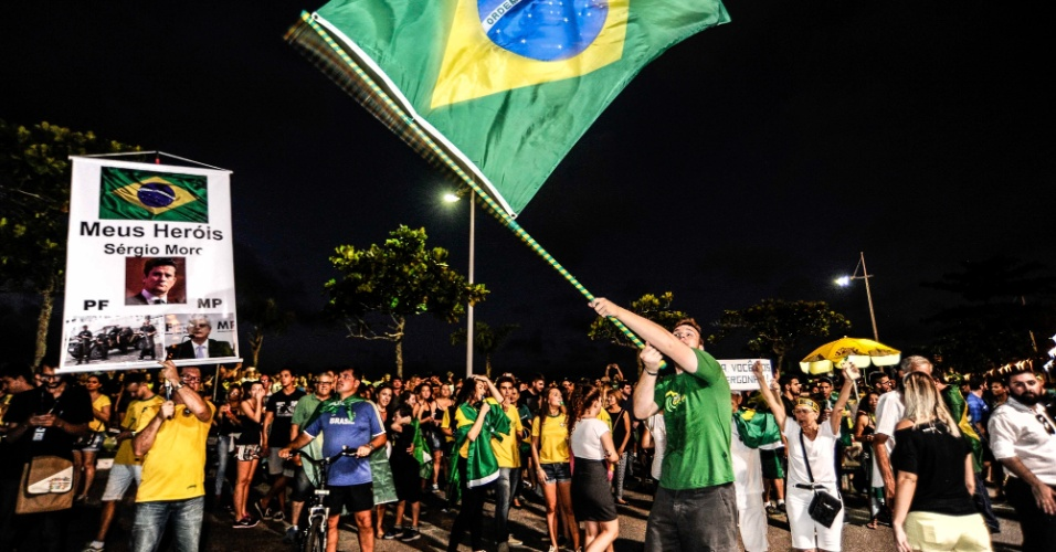 17.mar.2016 - Manifestantes se reúnem no trapiche da beira-mar norte, em Florianópolis (SC), para apoiar a Operação Lava Jato, pedir o impeachment da presidente Dilma Rousseff e protestar contra a posse do ex-presidente Luiz Inácio Lula da Silva como ministro-chefe da Casa Civil