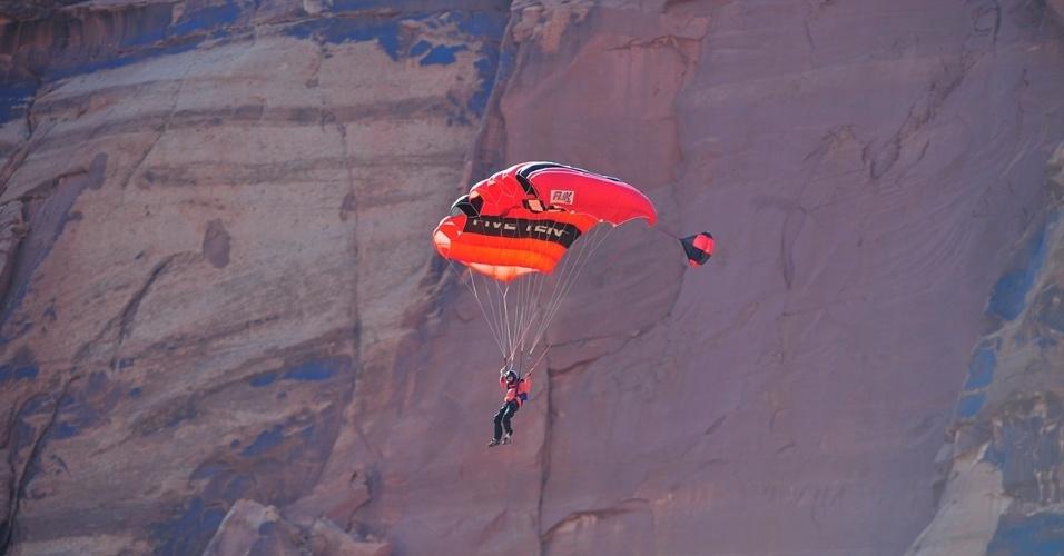 4.mar.2016 - Um homem abre o paraquedas após saltar de uma das Fisher Towers no deserto, em Utah, EUA