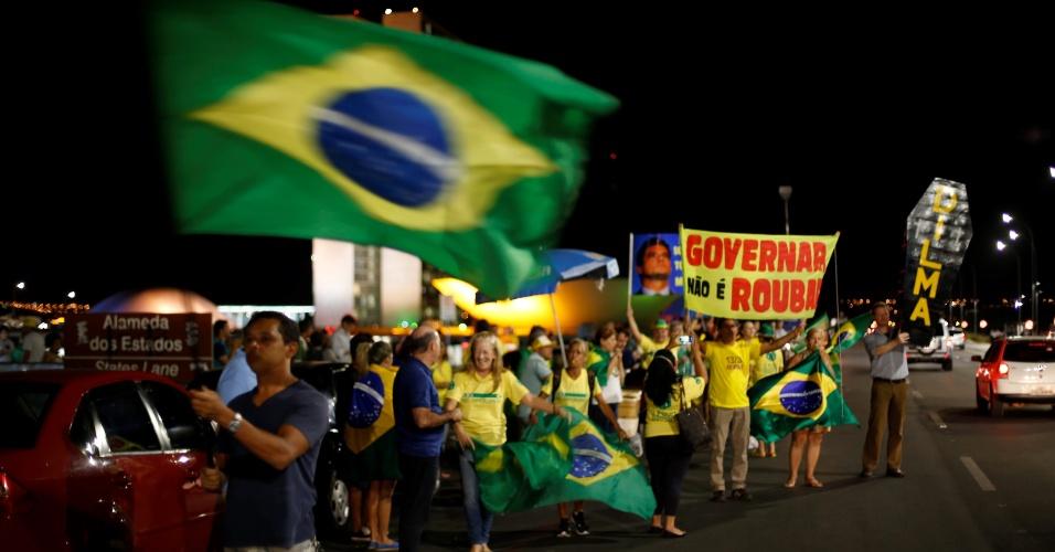 11.abr.2016 - Manifestantes a favor do impeachment da presidente Dilma Rousseff protestam na Esplanada dos Ministério, em Brasília, durante votação da comissão especial que analisa o processo contra a presidente