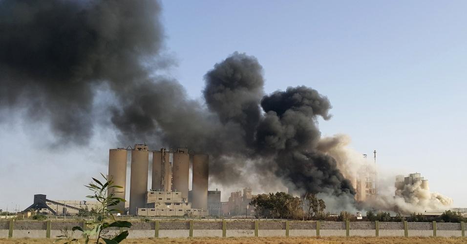 16.abr.2016 - Incêndio atinge fábrica de cimento em Bengazi, leste da Líbia. Local é alvo de conflitos entre forças militares leais ao governo, com apoio da maioria da população, e o Conselho de Revolucionários Shura, que tenta tomar o poder em aliança com rebeldes anti-Muammar Gaddafi
