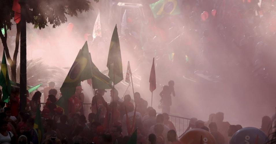 17.abr.2016 - Manifestantes contrários ao impeachment da presidente Dilma Rousseff reúnem-se no Vale do Anhangabaú, no centro de São Paulo