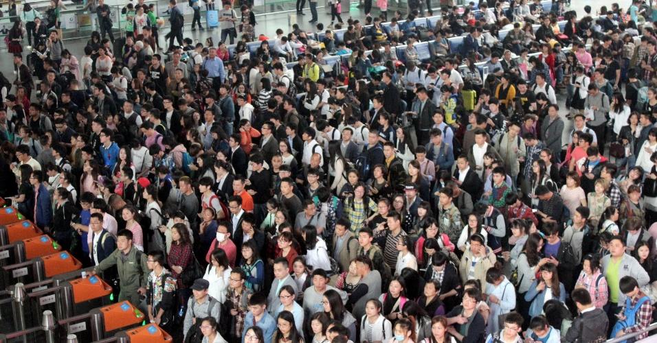 2.mai.2016 - Passageiros aguardam para entrar em estação de trem em Suzhou, no leste da China. O sistema de transporte do país registrou um pico nesta segunda (2), último dia do feriado de três dias que vigora no país devido ao Dia do Trabalhador