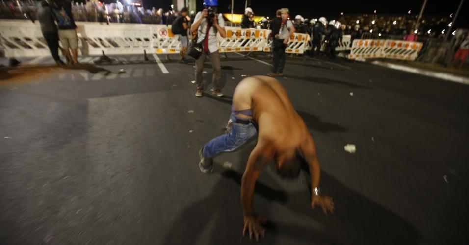 11.mai.2016 - Um manifestante contrário ao impeachment da presidente Dilma Rousseff (PT) protestou de uma forma um pouco diferente em Brasília (DF). Sem camisa, o homem abaixou as calças e mostrou as nádegas para uma barreira policial na Esplanada dos Ministérios