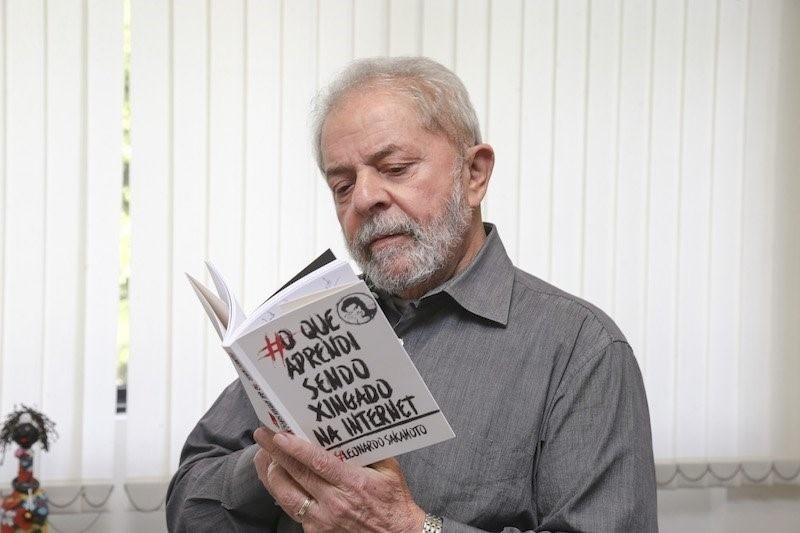 12.jun.2016 - O ex-presidente Luiz Inácio Lula da Silva publicou na conta do Instituto Lula no Twitter uma foto sua lendo o livro
