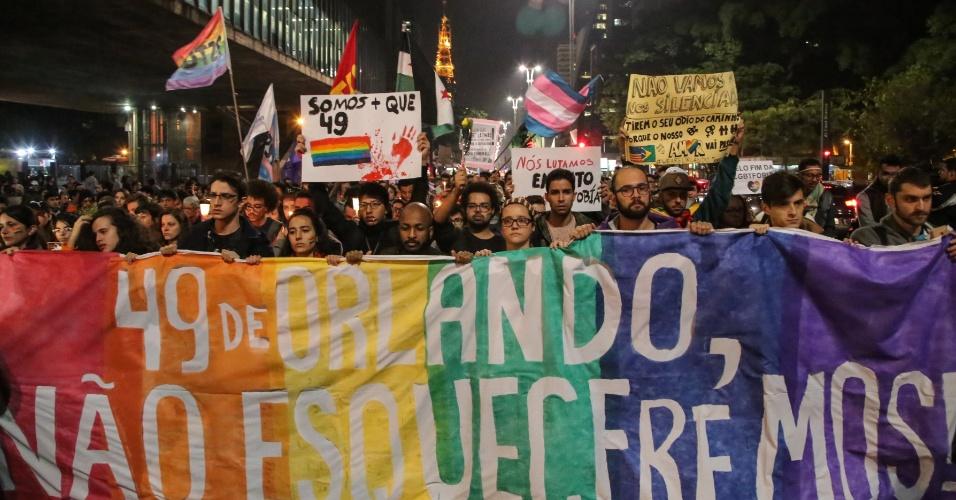15.jun.2016 - Manifestantes fazem passeata pela avenida Paulista, região central de São Paulo, para protestar contra a violência contra a comunidade LGBT e em solidariedade às vítimas do atentado a uma boate gay em Orlando na madrugada do último domingo (12)