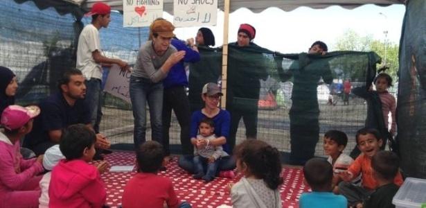 Lele (de camiseta cinza) brinca com as crianças sírias em campo de refugiado na Grécia