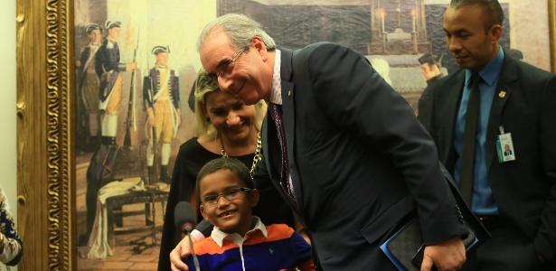 Eduardo Cunha (PMDB-RJ) cumprimenta o garoto Gabriel, 6, ao fim da reunião da Comissão de Constituição e Justiça