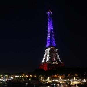 15.jul.2016 - A Torre Eiffel, em Paris, ficou iluminada com as cores da bandeira francesa em homenagem às vítimas