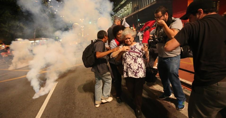 29.ago.2016 - Polícia Militar lança bombas de gás contra manifestantes pró-Dilma e contrários ao governo interino de Michel Temer na avenida Paulista, região central de São Paulo