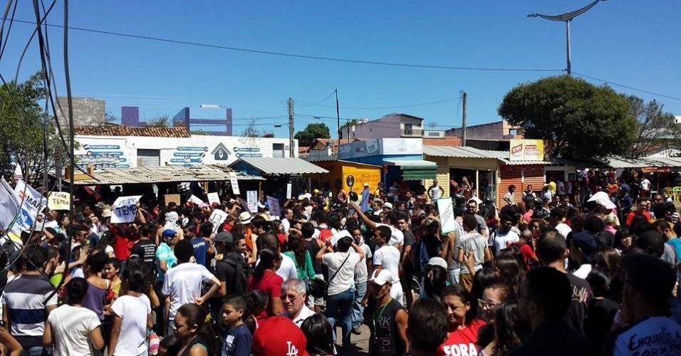7.set.2016 - Manifestantes contrários ao governo de Michel Temer protestam no Mercado do Pirajá, na região do Cariri, no Ceará