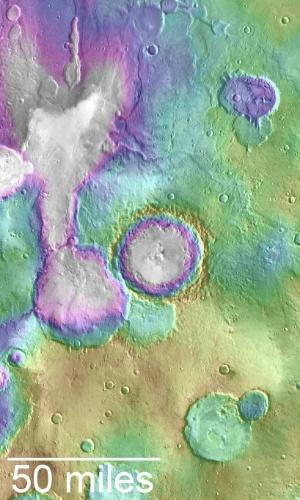 LAGOS DE MARTES SÃO MAIS RECENTES DO QUE PENSÁVAMOS - Alguns lagos de Marte foram formados muito depois do que cientistas acreditavam ser possível. A nova análise, feita a partir de dados da NASA's Mars Reconnaissance Orbiter, apontou que Marte teve um período úmido entre dois bilhões e três bilhões de anos atrás, muito depois do que os cientistas acreditavam que o planeta havia perdido sua atmosfera e se tornado gelado. Isto também significa que o planeta pode ter tido formas de vida por mais tempo do que se imaginava. Entre os novos lagos descobertos, está um maior do que os Grandes Lagos dos Estados Unidos
