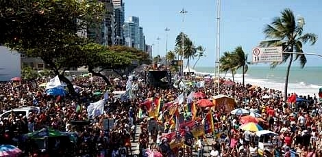 19.set.2016 - Parada da Diversidade leva 500 mil pessoas às ruas de Boa Viagem, no Recife