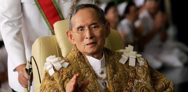 O rei da Tailândia Bhumibol Adulyadej acena após cerimônia em Bancoc, em dezembro de 2010